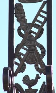 Le coq quiLa bourse de Judas, lanterne de Malchus, corde avec laquelle Judas se pendit, l'échelle pour descendre le corps du Christ.